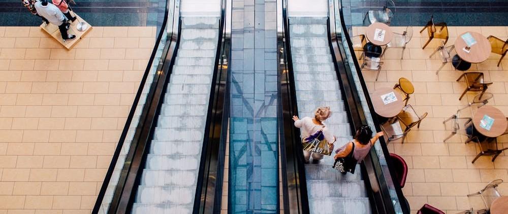 stairs-restaurant-people-women